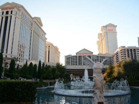 Kasino Caesars Palace di Las Vegas, dengan air mancur.