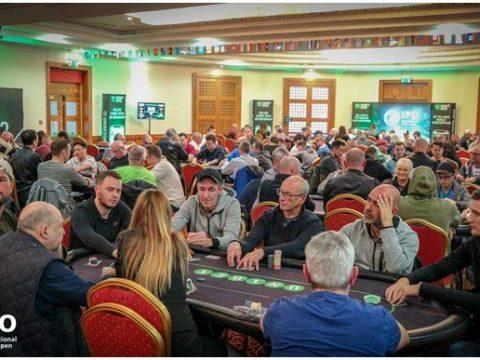 Ruangan yang penuh dengan hiu poker yang bermain di IPO 2019.