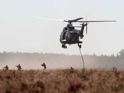 pasukan Afghanistan di darat.