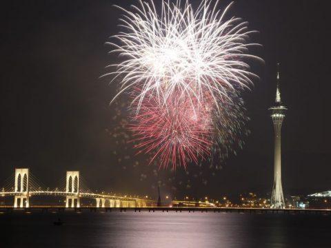 Kembang api malam hari di atas Makau.